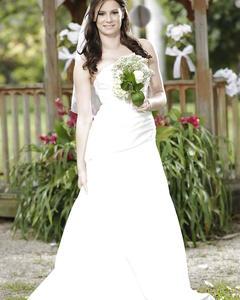 Невеста Kymberlee Anne раздевается у беседки в саду