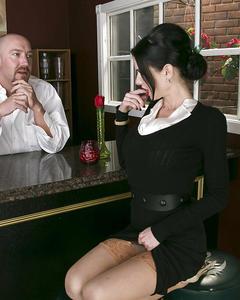 Грудастая краля соблазнила бармена и трахнулась с ним