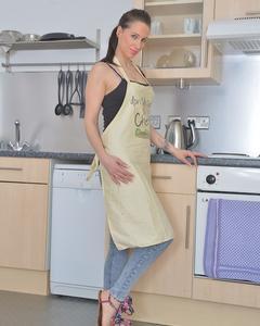 Вместо ужина, сексуальная милфа показала узкую жопу на кухне