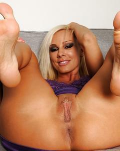 Сексуальная блондинка дрочит ножками большой дилдо