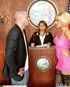 Сочная блондинка трахается с бывшем мужем в зале суда