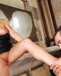 Блондинка дает лизать ноги и дрочит хуй ногами в туалете