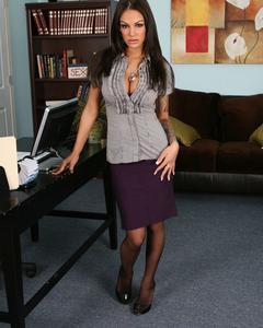Секретарша в чулках сексуально раздевается в офисе