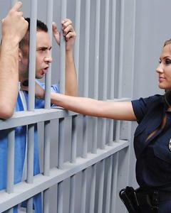 Грудастая полицейская Alanah Rae трахается с подозреваемым в камере