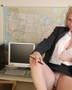 Зрелая секретарша раздевается на рабочем месте