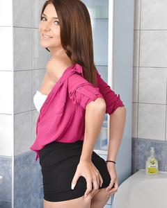 Русская красавица разделась в ванной и показала узкий анал