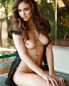 Jaclyn Swedberg красуется голышом на диване у бассейна