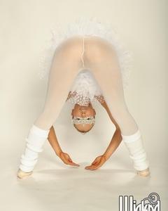 Балерина с маленькими сиськами раздевается на репетиции