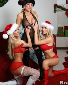Три грудастые блондинки обнимаются голышом в чулках и шапочках