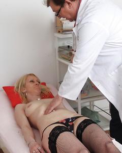 Похотливый доктор проверил вагину зрелой блондинки на медосмотре