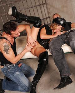 Полицейскую шалаву в латексе шпилят два заключённых в камере