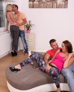Две молодые пары устроили групповуху на квартире