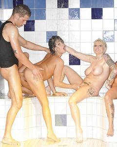 Три красотки с большими сиськами сосут член одному парню в душе