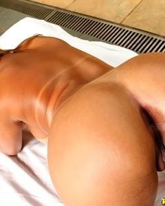 Сексуальная латинка раздевается у бассейна и мастурбирует