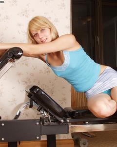 Спортивная блондинка раздевается и дрочит киску в спортзале