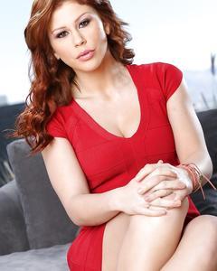 Рыжеволосая Maddy OReilly снимает красное платье и бельё