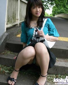 Молодая азиатка показывает красивые титьки с твердыми сосками и упругую поп ...