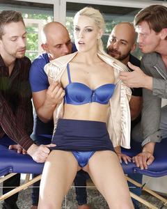 Четверо мужиков ебут чешку Blanche Bradburry на диване