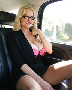 Милфа с огромной грудью дрочит в машине