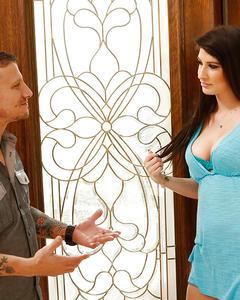 Одинокая деваха отсасывает большой хер татуированного мужика