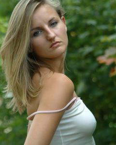 Симпатичная девушка с узкой попой разделась на улице