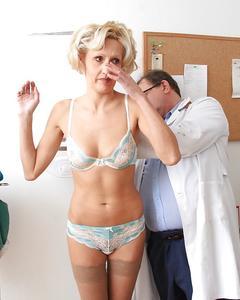 Похотливый доктор проверил киску зрелой блондинки на медосмотре