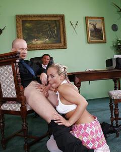 Секретарша попрыгала на пенисе своего начальника