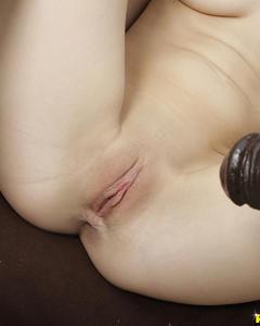 Оголенная проказница выставила киску для секс игрушки