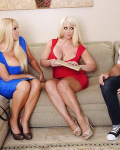Грудастые блондинки вместе смакуют сперму после секса втроем