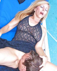 Ненасытная блонда трахнулась с любовником у бассейна