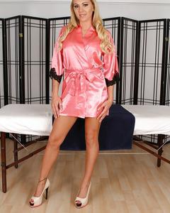 Роскошная блондинка обнажилась для массажа