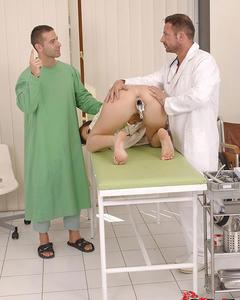 Пациентку лечат секс игрушками и трахают в рот два врача