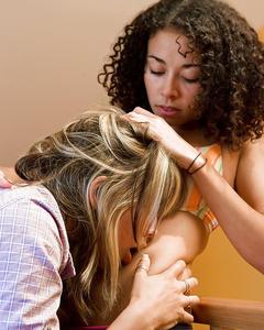 Две лесбиянки раздеваются и лижут влажные киски на полу