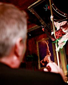 Мужик в баре трахнул рыжую стриптизершу после минета