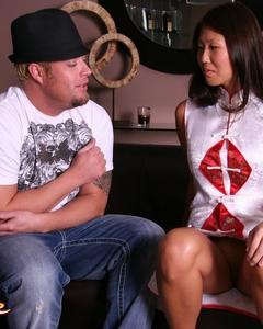 Перед массажем стройная азиатка помыла член клиента и отсосала в душе