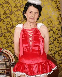 Бабушка в красном наряде показывает волосатую пизду дома