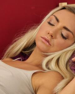 После сладкого сна блондинка довела себя до оргазма вибратором