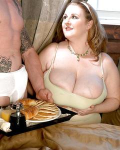 Толстушка совместила секс и завтрак на диване с мужиком в тату