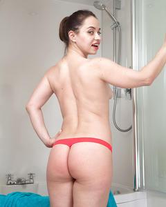Русская мамка с волосатой пиздой разделась в ванной комнате
