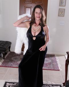 Сиськастая зрелая дама дрочит киску на полу