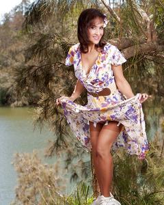 Деревенская красотка дразнит своим телом на пикнике