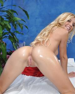 Худая блондинка позирует голышом на кушетке для массажа