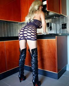 Грудастая блондинка радует свою пизду вибратором в пентхаусе