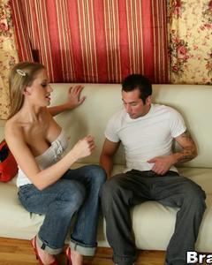 Парень выебал голубоглазую блондинку на белом диване