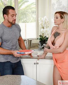 Татуированная блондинка ебётся с мужем до камшота на белом диване