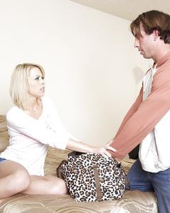 После минета мужик вылизал киску блондинки у нее в спальне