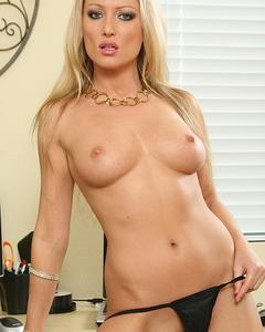 Длинноногая блондинка с большими сиськами мастурбирует киску игрушкой на ст ...