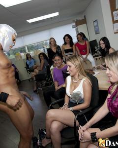 Качек в маске трахает в рот толпу девушек на секс-вечеринке