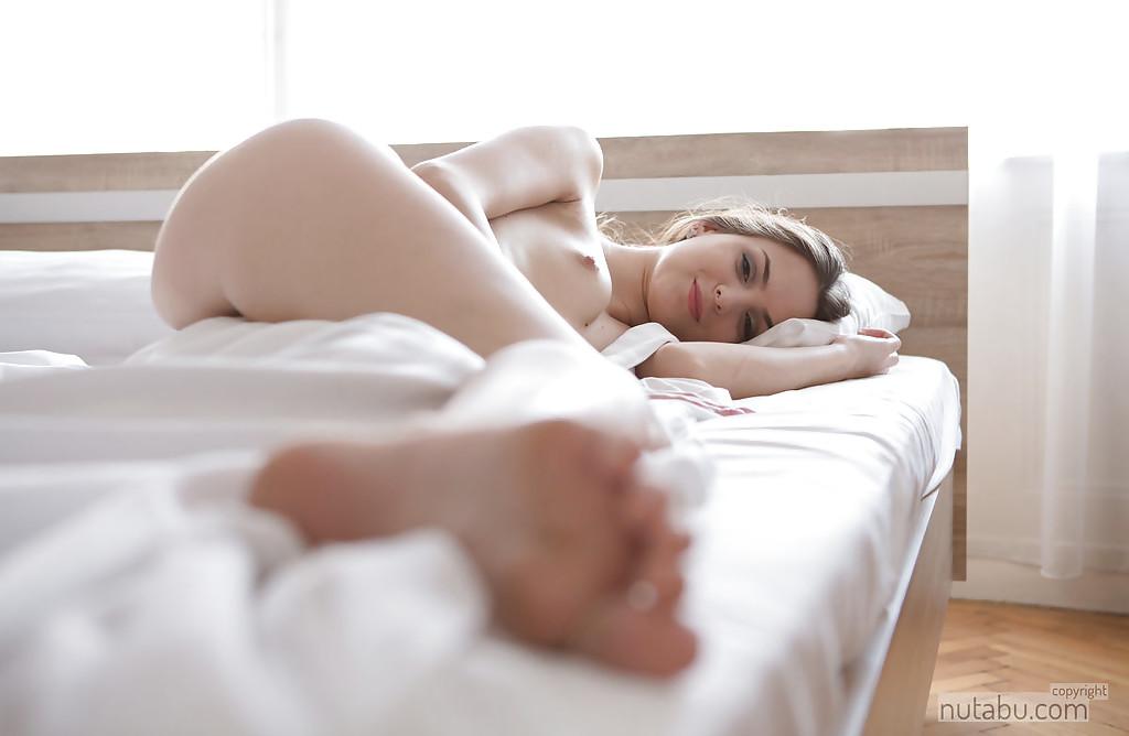 Азиатка показывает свою бритую манду - порно фото