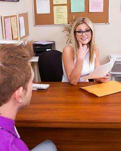Секретарша в очках сосет член сотрудника на рабочем месте